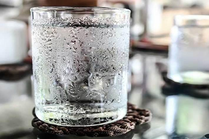 مضرات مصرف آب یخ؛ از تجمع چربی در کبد تا تشدید حملات میگرنی