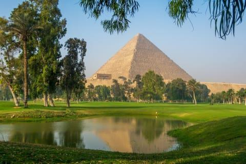 زمین گلف 100 ساله در کنار اهرام ثلاثه مصر